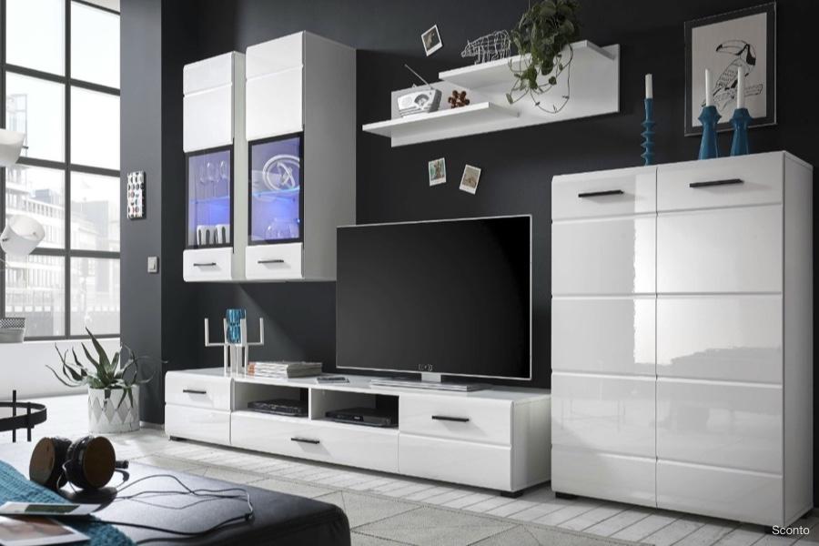 Biele obývacie steny sú stále trendy